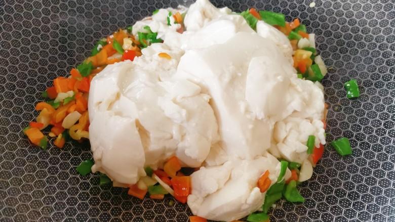 豆腐炒鸡蛋,加入豆腐