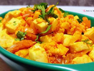 豆腐炒鸡蛋,美味可口的豆腐鸡蛋炒辣白菜装入容器中撒上香菜就大功告成了