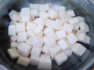豆腐炒鸡蛋,焯好水的豆腐立即放入冷水中过凉后沥干水份