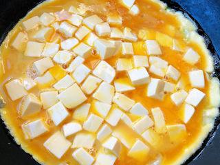 豆腐炒鸡蛋,倒入蛋液豆腐中火开始炒制
