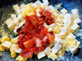 豆腐炒鸡蛋,放入辣白菜