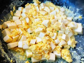 豆腐炒鸡蛋,鸡蛋炒至微微成型