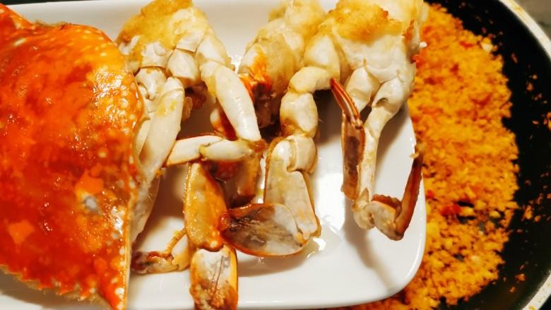 避风塘炒蟹,倒入炸好的海蟹