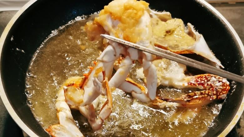 避风塘炒蟹,起油锅 加热6成热 放入海蟹块炸至两面泛黄