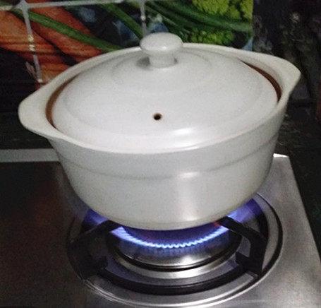 黑鱼豆腐汤,加入适量温水,盖盖大火