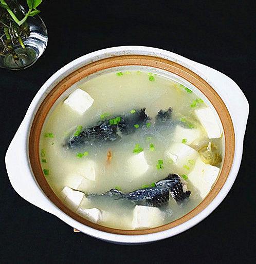 黑鱼豆腐汤,最后撒上葱花即可