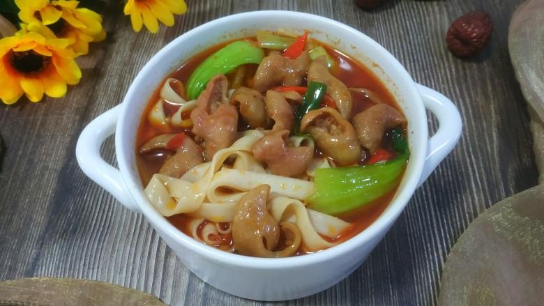 肥肠面,把锅中的汤浇到面条上即可