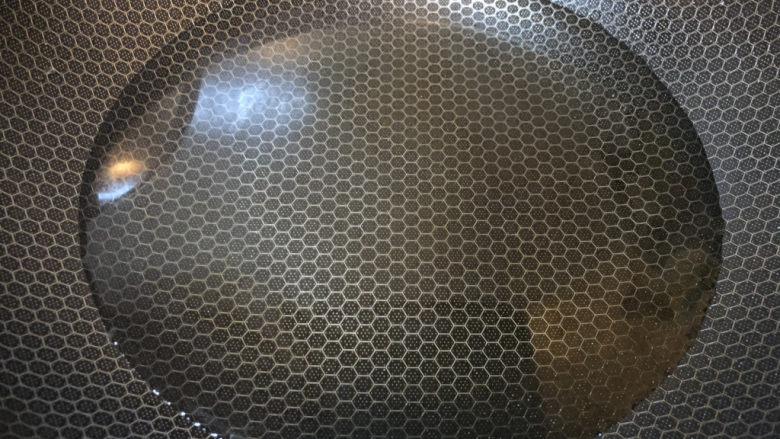 苋菜豆腐汤,锅内加入适量的水