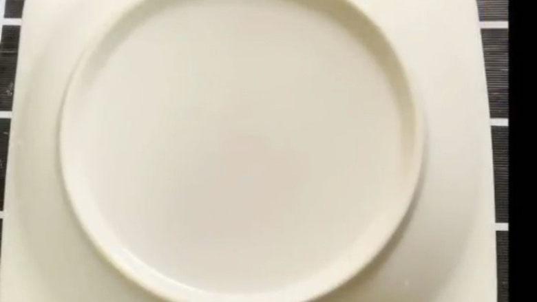 姜撞奶,盖上一个盘子,静止二十分钟,记的一定不要动它