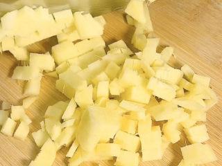 姜撞奶,再切成小丁