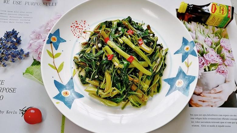 蒜蓉空心菜,拍上成品图,一道清爽可口的蒜蓉空心菜就完成了。