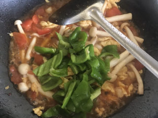 白玉菇炒鸡蛋,再放入青椒,淋少许水入味,再翻炒均匀