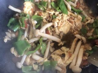 白玉菇炒鸡蛋,炒至青椒断生即可出锅了
