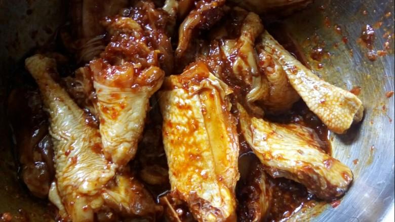 香菇焖鸡,加白糖、郫县豆瓣酱拌匀。