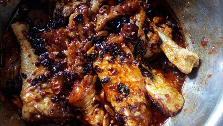 香菇焖鸡,拌匀后腌制两小时以上。
