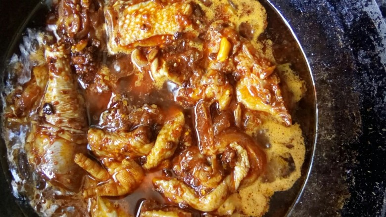 香菇焖鸡,捞出香料,放入腌制好的鸡块。
