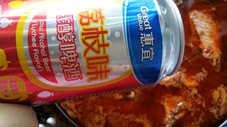香菇焖鸡,倒入啤酒,大火转小火焖鸡。