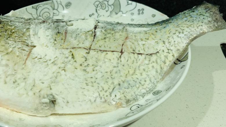 红烧鳊鱼,鱼表面撒上面粉