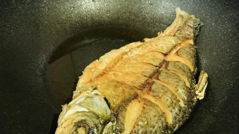 红烧鳊鱼,炸至两面金黄,把余油倒碗里,锅里剩些底油,鱼也不要盛出锅