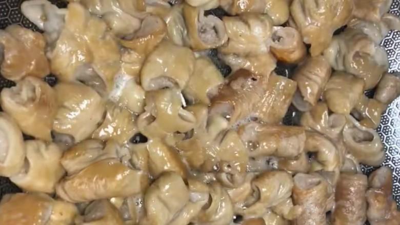 尖椒肥肠,起锅烧油,把肥肠放入锅中煸炒一下,炒至两面金黄。