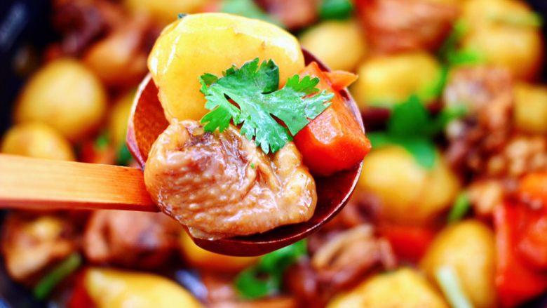 啤酒红烧小土豆鸡腿,一道红烧小土豆鸡腿就出锅咯,好吃到舔碗。