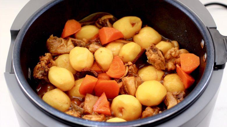 啤酒红烧小土豆鸡腿,时间到,打开盖子,真的是汤汁浓郁色泽诱人。