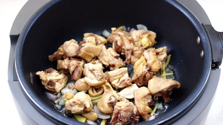 啤酒红烧小土豆鸡腿,上面铺上焯好的鸡块。