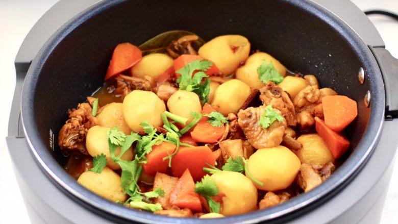 啤酒红烧小土豆鸡腿,撒上香菜段即可。
