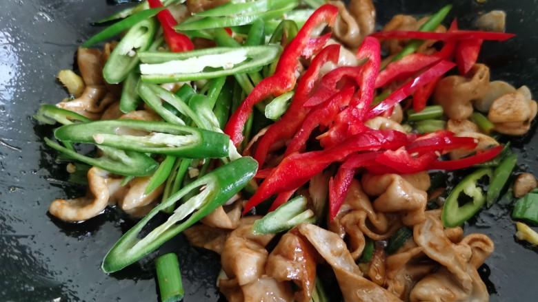 尖椒肥肠,放入红椒和尖椒。