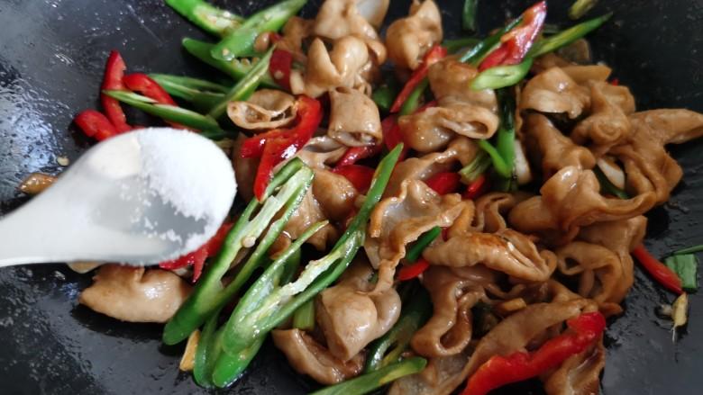 尖椒肥肠,加入少许食盐和半炒勺热水。