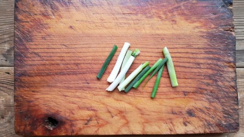 尖椒肥肠,葱切段。