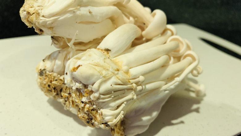素炒白玉菇,取一盒,剪根