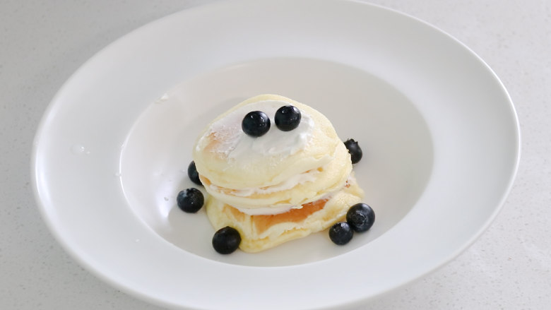 平底锅舒芙蕾,放上一些蓝莓点缀,就可以吃了,像棉花一样柔软营养又美味