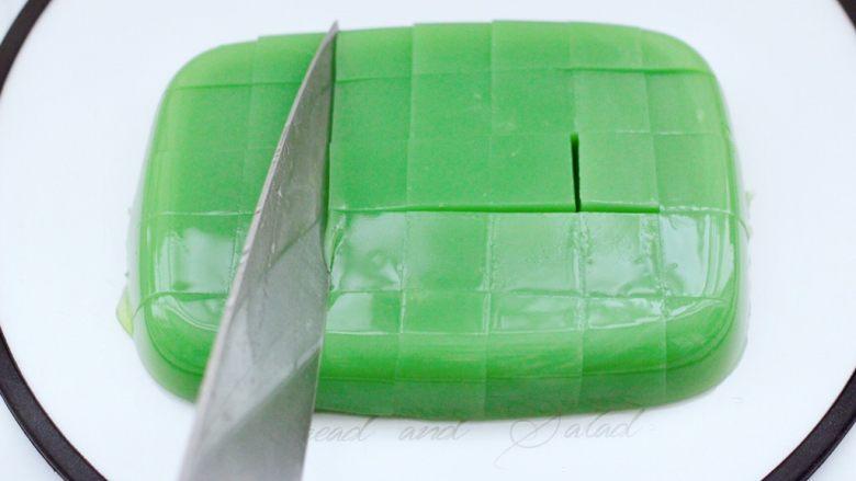 椰蓉黄瓜冻,用刀切成自己喜欢的小方块。