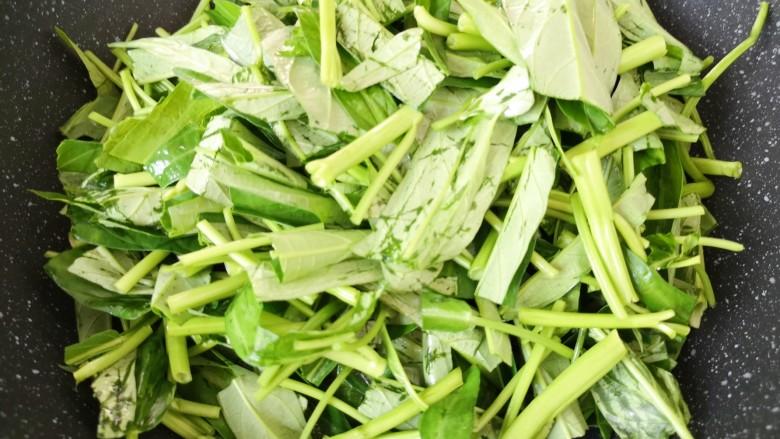 蒜蓉空心菜,下入空心菜。