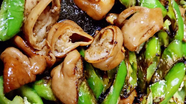 尖椒肥肠,加入卤水炒入味