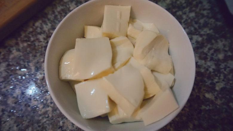 苋菜豆腐汤,豆腐洗干净切小块