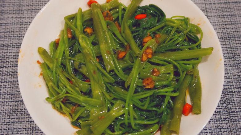 蒜蓉空心菜,最后蒜蓉空心菜就可以吃啦,超级好吃😋