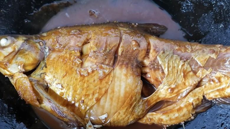 红烧鳊鱼,煮至汁干入味上色即可出锅