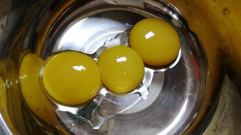 纸杯酸奶蛋糕,蛋黄和蛋白分开。