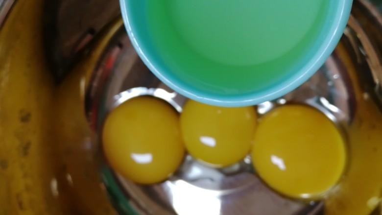 纸杯酸奶蛋糕,蛋黄里加入<a style='color:red;display:inline-block;' href='/shicai/ 140122'>玉米油</a>。