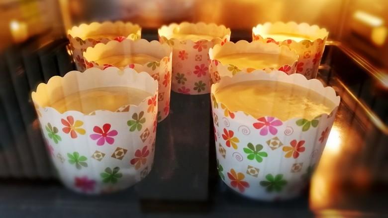 纸杯酸奶蛋糕,放入烤箱中层,底层加开水,180度烤10分钟。