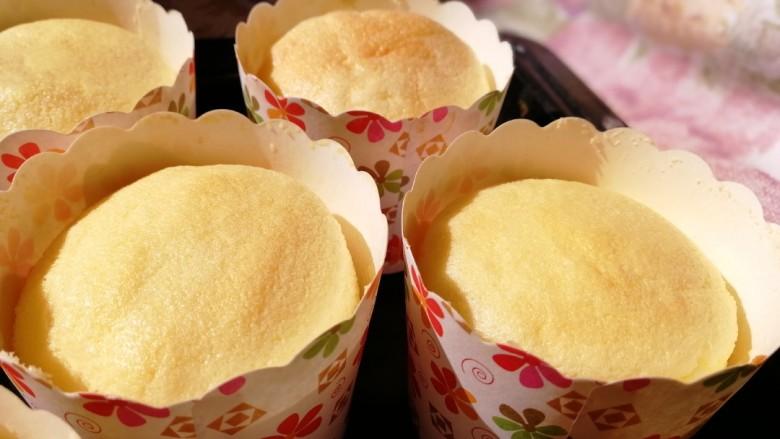 纸杯酸奶蛋糕,温度冷却后取出烤箱。