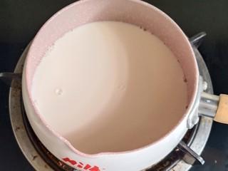 姜撞奶,水牛奶是最好的,如果没有的话用全脂牛奶。把牛奶倒入锅中,全程开小火