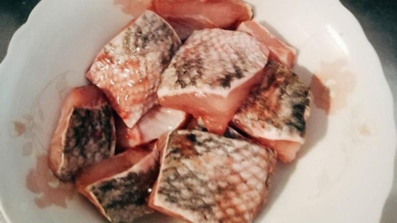 黑鱼豆腐汤,黑鱼块控干水分