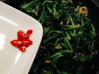 清炒鸡毛菜,放入红尖椒 关火
