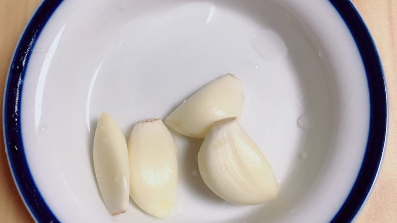 蒜蓉空心菜,准备好蒜。