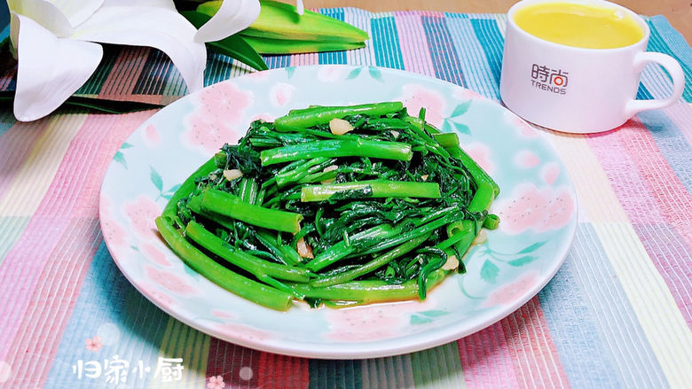 蒜蓉空心菜,补充一天的微量元素。