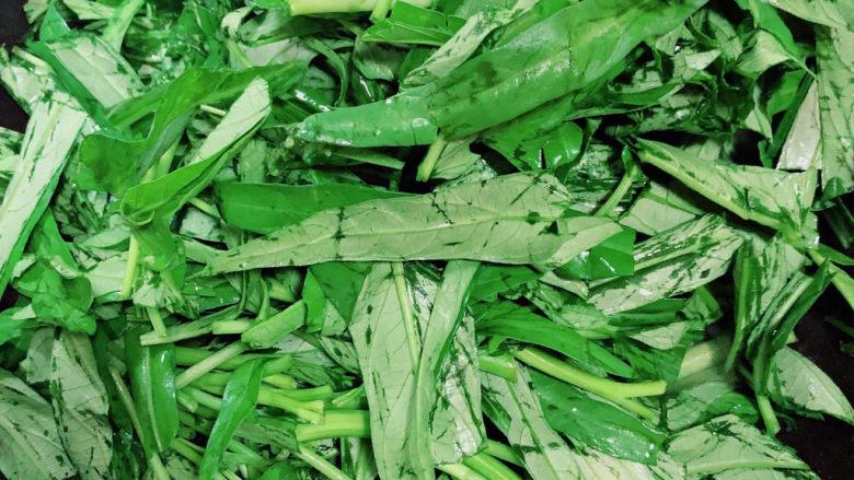 蒜蓉空心菜,再放入空心菜叶子,继续翻炒。