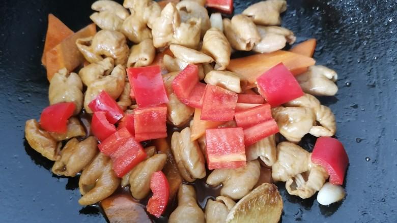 尖椒肥肠,过一会之后放入红椒翻炒